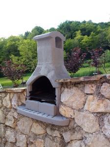 Oprema za roštilj dostupna gostima apartmana