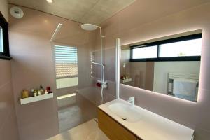 A bathroom at Villa de LUXE avec piscine et jacuzzi sur Pérols !