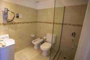 A bathroom at Huinid Pioneros Hotel
