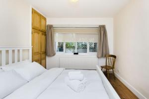A bed or beds in a room at Pass the Keys Apartment with a Private Garden 4 mins from Tulse Hill Station