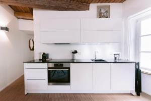 A kitchen or kitchenette at Exquisite 1BR Apartment Old Town and Parking