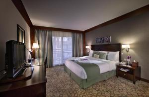 سرير أو أسرّة في غرفة في فندق هوليداي إن كورنيش الخبر