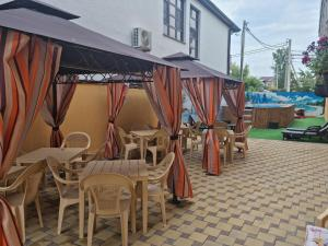 A restaurant or other place to eat at Legenda Guest House
