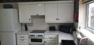 A kitchen or kitchenette at Best Stay - Stoke on Trent