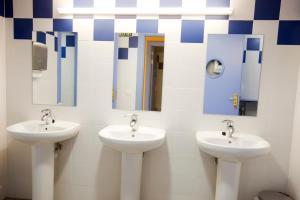 A bathroom at Albergue de Villava