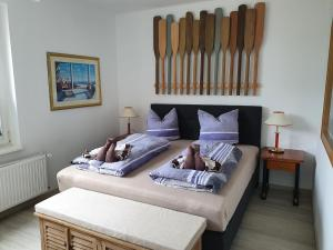 Ein Bett oder Betten in einem Zimmer der Unterkunft Hotel Domke Haus an der See