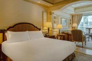 سرير أو أسرّة في غرفة في فندق دار التوحيد إنتركونتينتال