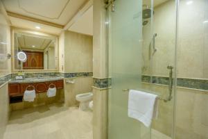 حمام في فندق دار التوحيد إنتركونتينتال