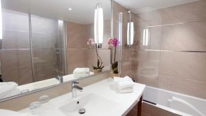 A bathroom at Mercure Beaune Centre