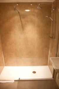 A bathroom at Kings Arms
