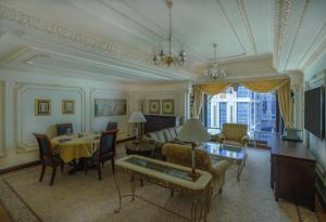 Uma área de estar em Dar Al Tawhid Intercontinental Makkah, an IHG Hotel