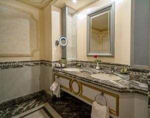 Um banheiro em Dar Al Tawhid Intercontinental Makkah, an IHG Hotel