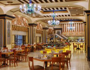 Um restaurante ou outro lugar para comer em Dar Al Tawhid Intercontinental Makkah, an IHG Hotel