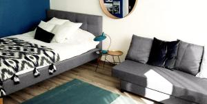 A bed or beds in a room at Victus Apartamenty, Apartament Edison