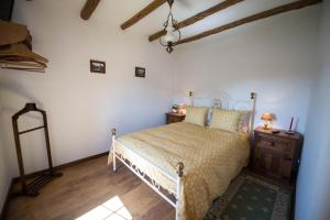 A bed or beds in a room at Casa do Borratém