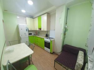 Кухня или мини-кухня в 1-к квартира рядом с морем в центре Сочи