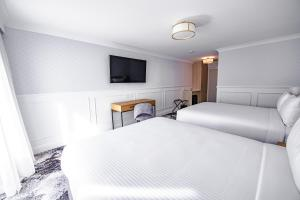 A bed or beds in a room at Comfort Inn Towradgi Beach