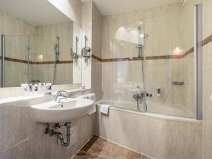 A bathroom at Mercure Hotel Berlin Mitte