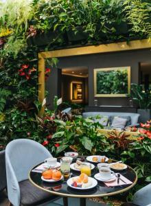 A restaurant or other place to eat at Le Parisis - Paris Tour Eiffel
