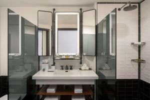 A bathroom at Thompson Seattle