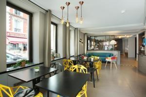 Um restaurante ou outro lugar para comer em Hotel Eiffel Capitol