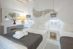 Letto o letti in una camera di Blue Waves Suites & Apartments - To Kyma