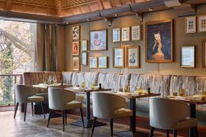 A restaurant or other place to eat at Breidenbacher Hof