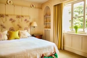 Postel nebo postele na pokoji v ubytování The Bath Priory - A Relais & Chateaux Hotel