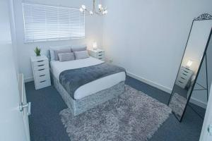 A bed or beds in a room at Modern Private Gated Luxury Home Getaway