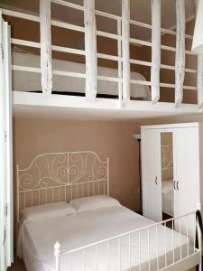 Un pat sau paturi într-o cameră la Appartamento soppalcato