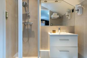 A bathroom at Hotel Brady - Gare de l'Est