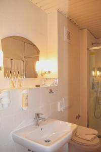 Ein Badezimmer in der Unterkunft Hotel Weißes Schloß