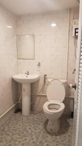 A bathroom at Snoozzze Hostel ใกล้รถไฟฟ้า ย่านบางรัก
