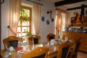 Ein Restaurant oder anderes Speiselokal in der Unterkunft Hotel Alte Schule
