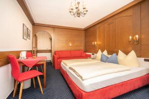 Ein Bett oder Betten in einem Zimmer der Unterkunft Hotel Sonnenspitz ***