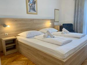 A bed or beds in a room at Rooms & Pansion Odmor