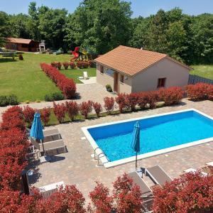 Vista sulla piscina di Guest house with pool o su una piscina nei dintorni