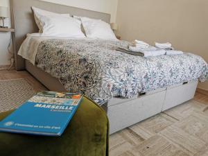 A bed or beds in a room at Studio calme et très lumineux, au pied de notre Dame de la Garde