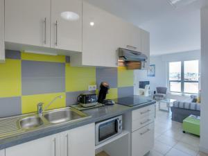 A kitchen or kitchenette at Appartement Saint-Jean-de-Luz, 2 pièces, 4 personnes - FR-1-4-426