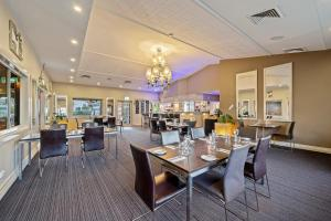 A restaurant or other place to eat at Ambassador On Ruthven