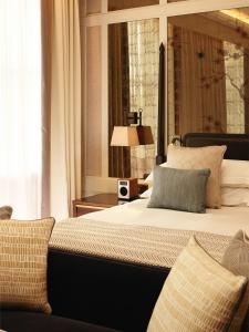 سرير أو أسرّة في غرفة في The Biltmore Mayfair, LXR Hotels & Resorts