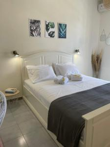 A bed or beds in a room at Stefano's Apartments *Marigold //*Broom