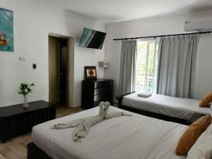 Ein Bett oder Betten in einem Zimmer der Unterkunft Las Rosas de Punta Cana