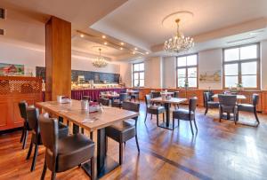 Ein Restaurant oder anderes Speiselokal in der Unterkunft Zur Post Kümmersbruck Hotel & Tiny Houses