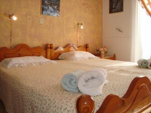 Ein Bett oder Betten in einem Zimmer der Unterkunft George's Apartments