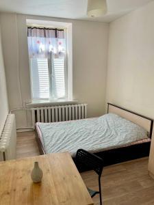 Кровать или кровати в номере 12 Стульев