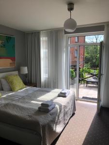 Łóżko lub łóżka w pokoju w obiekcie Dom Młynarza