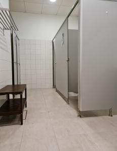 A bathroom at Albergue Melide