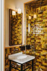 A bathroom at Sonder l Casa Luz
