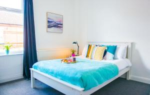 A bed or beds in a room at Ranby House - Cosy 2 Bed Home With Free Parking & Netflix by RocketBnB
